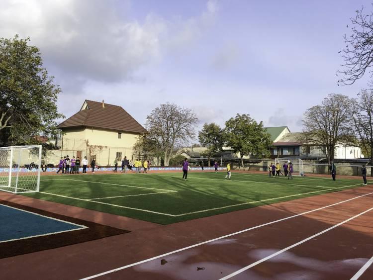 Noul mini-stadion multifuncțional așteaptă locuitorii dornici de sport!