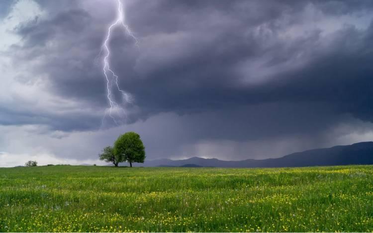 AVERTIZARE METEO: Descărcări electrice, vijelie